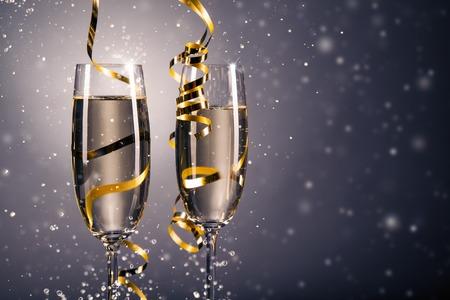 brindisi spumante: vetro coppia di champagne. Anno nuovo tema celebrazione con macchie di sfocatura di bolle Archivio Fotografico