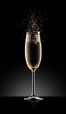 Glas champagne, geïsoleerd op een zwarte achtergrond. Stockfoto