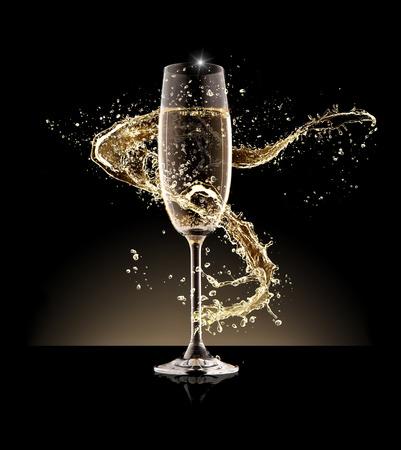 Copa de champán con el chapoteo, aislado sobre fondo negro Foto de archivo - 49084989