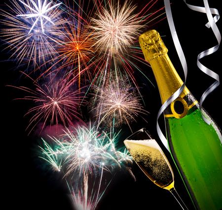 sektglas: Glas Champagner mit ungeöffnete Flasche mit Feuerwerk im Hintergrund Lizenzfreie Bilder