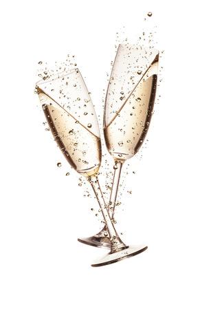 Twee glazen champagne met bubbels, op een witte achtergrond Stockfoto