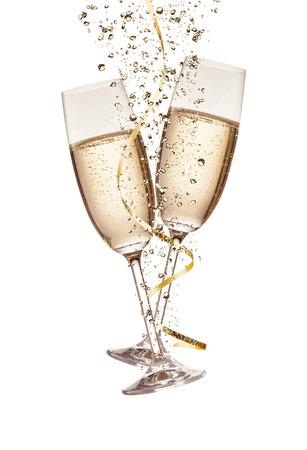 Deux verres de champagne avec des bulles, isolé sur fond blanc
