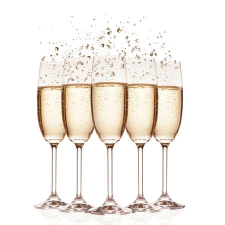 brindisi spumante: Bicchieri di champagne con le bollicine, isolato su sfondo bianco
