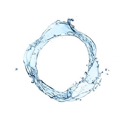blaue abstrakte Wasserspritzen in Kreisform, isoliert auf weißem Hintergrund