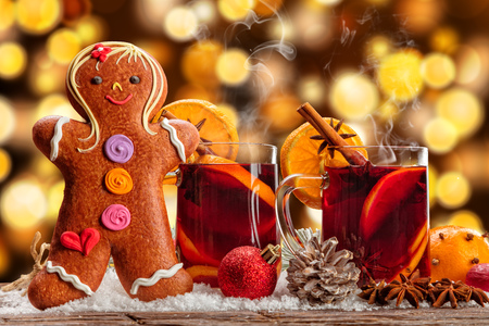 vin chaud: Hot red wine drinks on wooden table with blur abstract background and gingerbread candy