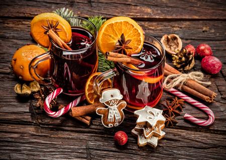 vin chaud: boissons vin chaud avec arrangement �pic� et sucr�, Prise de vue sur la vieille table en bois Banque d'images