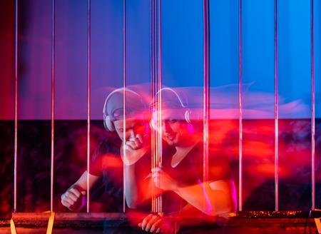 musica electronica: DJ mezclando música electrónica en el escenario en forma de resumen retrato artes falta de definición de hombre