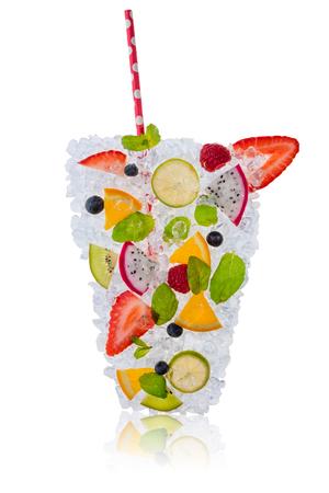 jugo de frutas: Hielo bebida fresca hecha de mezcla de frutas, colocado en cubos de hielo. Aislado en el fondo blanco