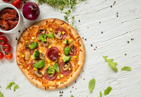 Pizza italienne délicieux servi sur la table en bois, tiré par le haut