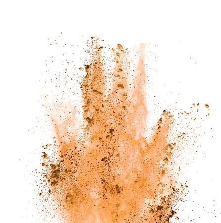 Explosión de polvo de color naranja, aisladas sobre fondo blanco
