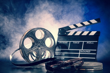 Retro Filmproduktion Zubehör Stillleben. Konzept des Filmemachens. Rauch-Effekt auf den Hintergrund Standard-Bild