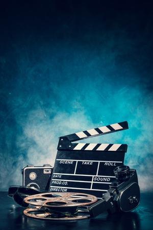 cinta pelicula: Retro accesorios de producción de películas de naturaleza muerta. Concepto de la cinematografía. efecto sobre el fondo del humo