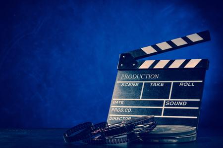 blau: Retro Filmproduktion Zubehör Stillleben. Konzept des Filmemachens. Rauch-Effekt auf den Hintergrund Lizenzfreie Bilder