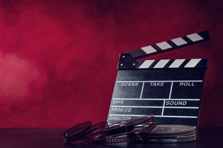Retro filmproductie accessoires stilleven. Concept van het filmmaken. Rook effect op de achtergrond Stockfoto