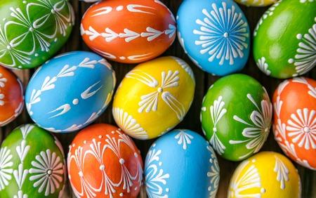 huevos de pascua: Huevos de Pascua coloridos colocados en el fondo de madera Foto de archivo