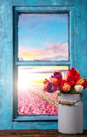 Het stilleven van Pasen decoratie met rustieke venster. Copyspace voor tekst
