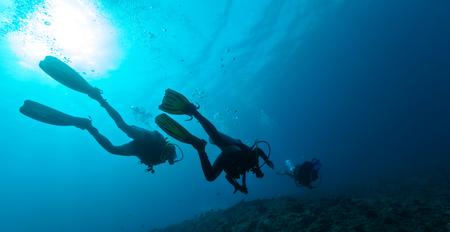 tiefe: Gruppe von Tauchern unter Wasser in der Tiefe Lizenzfreie Bilder