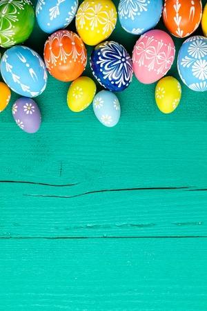 Huevos de Pascua coloridos colocados en el fondo de madera