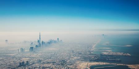안개 낀와 일출 공중보기에서 두바이 도시 스톡 콘텐츠