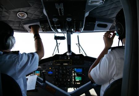 Vista trasera del piloto y el copiloto en la cabina del avión pequeño privado