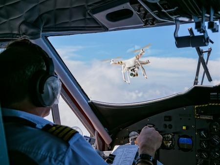 Drone wordt getroffen door commercieel vliegtuig. Concept van vliegtuigongeval. Draad van de botsing