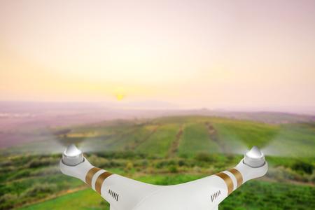 Drone pour les travaux industriels volent au-dessus campagne.