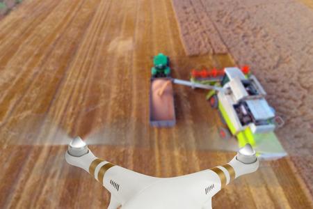 agricultura: Avión no tripulado para trabajos industriales que vuelan sobre cosechadora Foto de archivo
