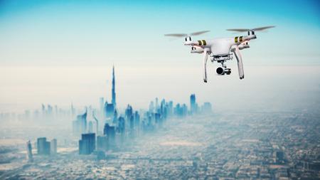Aviones no tripulados volando por encima de Dubai Panorama de la ciudad en la salida del sol