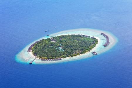 Luftaufnahme auf schöne Malediven Insel im Raa Atoll