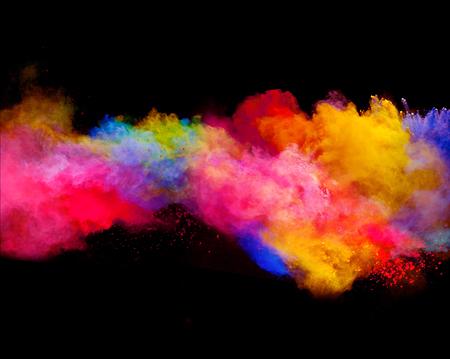 Explosion von farbigen Pulver, isoliert auf schwarzem Hintergrund