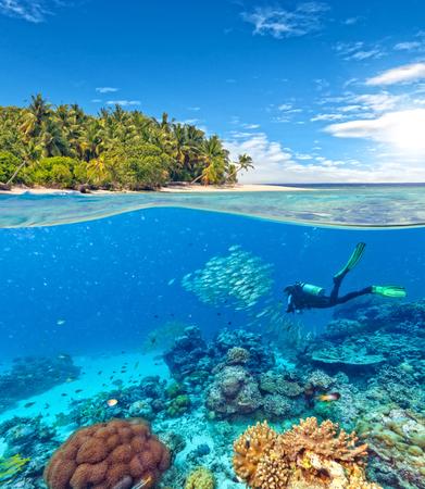 Podwodny widok raf koralowych i nurek z horyzontu i powierzchni wody w rozbiciu na linii wodnej. Piękne nonsettled tropikalna wyspa na tle. Letnie wakacje koncepcji. Wysoka rozdzielczość Zdjęcie Seryjne