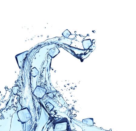 Blue streszczenie plusk wody z kostkami lodu, samodzielnie na białym tle