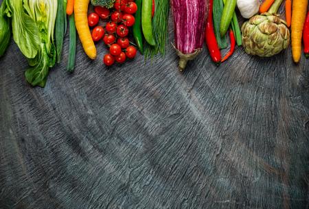 campesinas: Colección de verduras frescas coloca en la piedra negro con el espacio libre para el texto Foto de archivo
