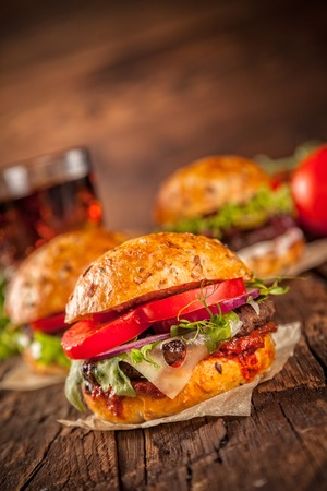 pomme: Fresh home-made hamburgers served on wooded table with pomme fries