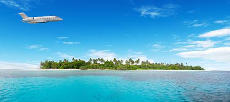 Privatflugzeug über nichtabgesetzten tropischen Insel auf den Malediven fliegen