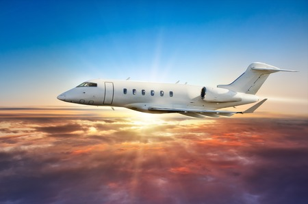 chorro: jetplane privada volando por encima de las nubes en la luz espectacular puesta de sol