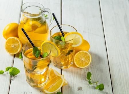 레몬 아이스 티 안경 및 나무 테이블에 제공하는 냄비 스톡 콘텐츠