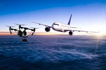 Drone potentieel wordt getroffen door commercieel vliegtuig in zonsondergang. Concept van vliegtuigongeval. Draad van de botsing Stockfoto