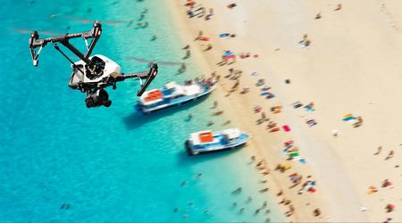 Avión no tripulado para trabajos industriales que vuelan sobre la playa. Concepto de peligro de colisión pottential aviones