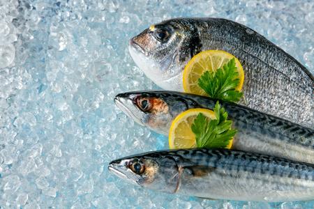 Vaus soort verse vis op ijs geplaatst drift