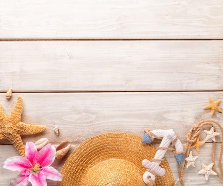 Beach accessoires op houten achtergrond, copyspace voor tekst Stockfoto