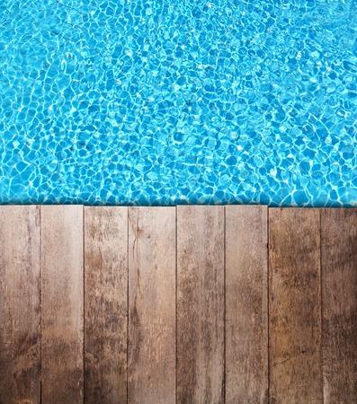 Oude houten planken placedover zwembad oppervlak. Ideaal voor copyspace tekst of product placement.