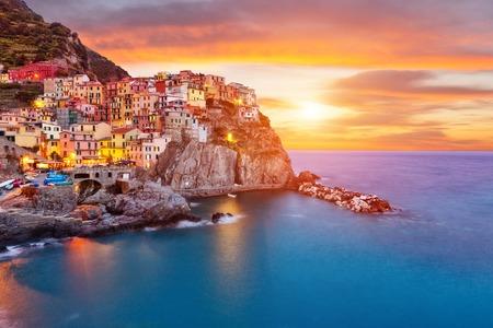 Sun flower: Altes Dorf Manarola, Küste Cinque Terre, Italien. Schöne Aussicht auf den Sonnenuntergang