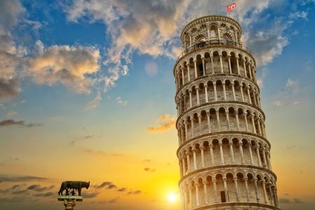 ピサの斜塔と大聖堂の洗礼堂は、イタリア、トスカーナ州。ユネスコの文化遺産 写真素材