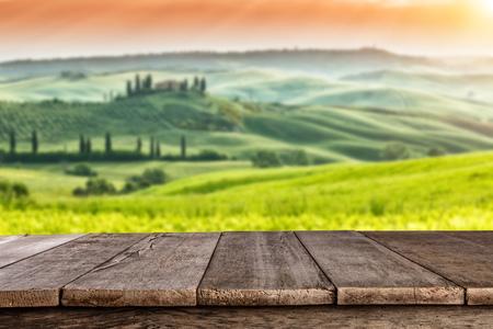Leere hölzerne Planken mit italienischen Landschaft im Hintergrund. Ideal für die Produktplatzierung