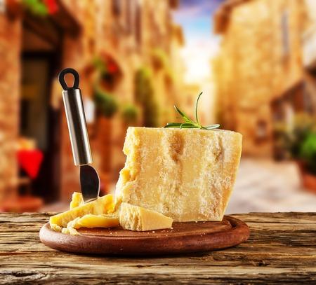 queso blanco: queso parmesano sobre la tabla de cortar coloca sobre madera, mancha antigua calle en el fondo