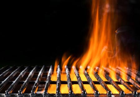Leere Grillrost in Feuer mit schwarzem Hintergrund