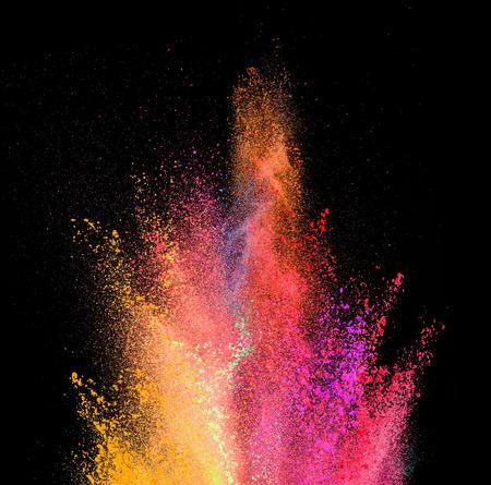 색깔 분말의 폭발, 검은 배경에 고립