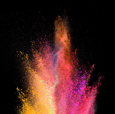 Explosie van gekleurd poeder, geïsoleerd op zwarte achtergrond