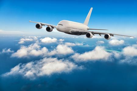 anuncio publicitario: Avión comercial avión volando por encima de las nubes en la luz del día